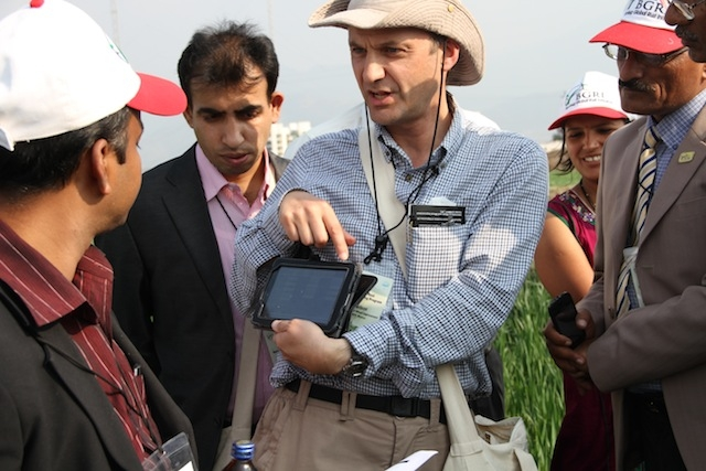 Dr. Hodson, the monitoring and surveillance expert from CIMMYT, demonstrated the new and efficient ways to update global surveillance data.
